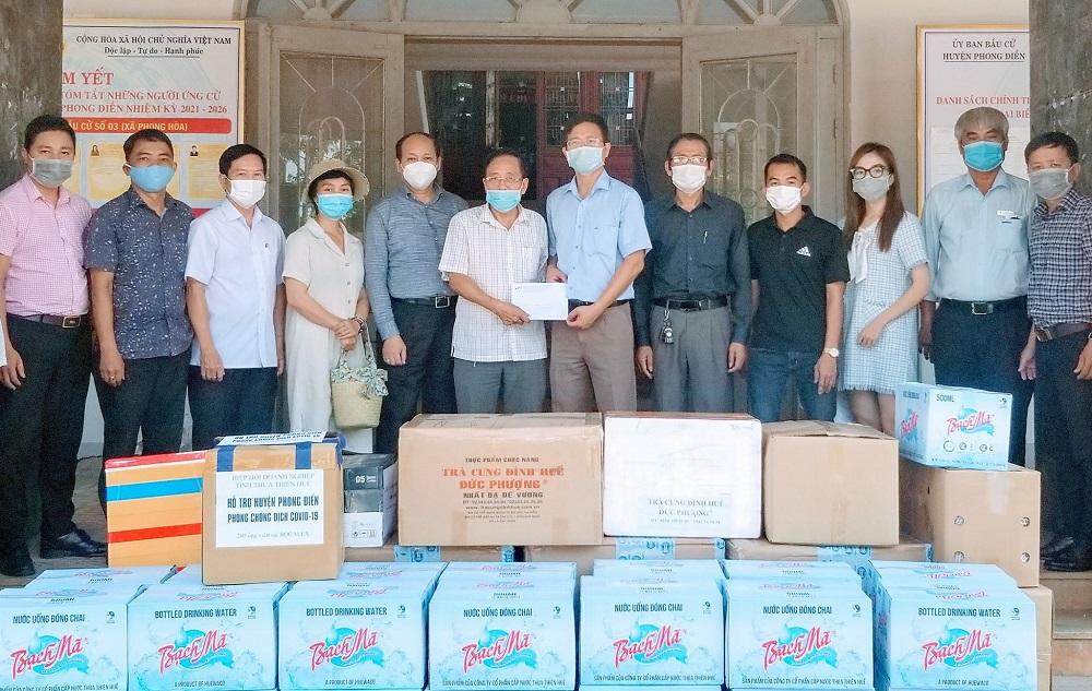 Đoàn công tác của Hiệp Hội Doanh nghiệp tỉnh Thừa Thiên Huế thăm, tặng quà hỗ trợ phòng chống dịch Covid-19 tại huyện Phong Điền.