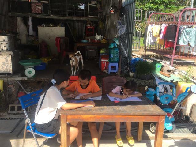 Bất chấp dịch bệnh Covid, gia đình ông Trần Văn Sáng với 3 con nhỏ hiện vẫn phải trú ngụ bên ngoài căn biệt thự bị nhóm ông Công, ông Tuấn chiếm giữ. (Ảnh bạn đọc chụp)