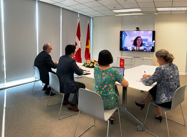 Lễ ký kết được tiến hành trực tuyến để đảm bảo an toàn công tác phòng dịch tại Việt Nam. Ảnh: ĐSQ Đan Mạch