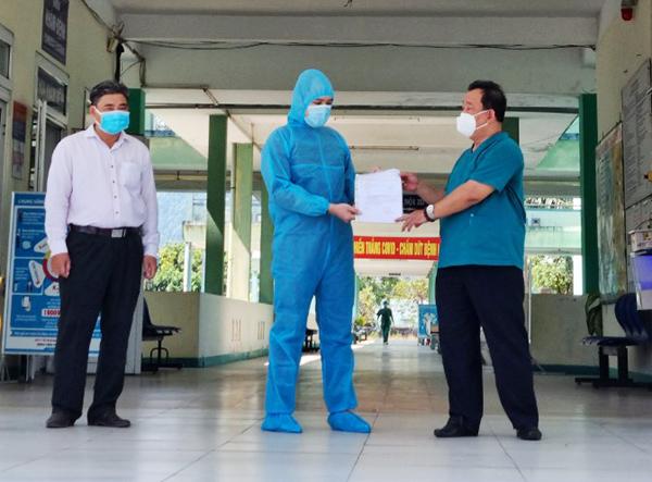 Sáng 21/5, bác sĩ Nguyễn Thành Phúc, Giám đốc BV Phổi Đà Nẵng đã trao giấy ra viện cho BN 2892