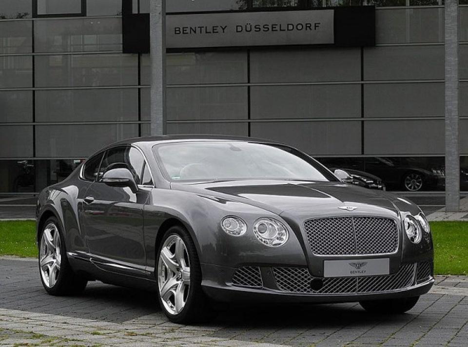 Bộ sưu tập xe sang của G-Dragon gồm có Bentley Continental GT, Lamborghini Aventador và Rolls-Royce Phantom. Trong đó, chiếc Bentley được định giá khoảng 350.000 USD, trong khi Lamborghini qua sửa chữa có giá đến 500.000 USD. Tuy nhiên, mẫu xe đắt nhất của nam ca sĩ là Roll-Royce giá 650.000 USD. Ảnh: Twitter.