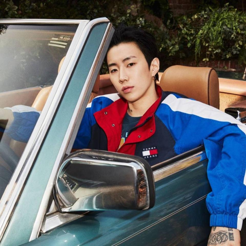 Tại làng giải trí Hàn Quốc, Jay Park được mệnh danh là ông hoàng hip hop. Sau nhiều năm hoạt động trong showbiz, nam diễn viên sở hữu khối tài sản 15 triệu USD. Theo Seoul Space, idol Hàn sở hữu xe hơi sang trọng Bentley Flying Spur, trị giá khoảng 225.000 USD. Nam diễn viên thường sử dụng xe để quay MV. Anh từng cùng rapper Gray dùng xe sang để quảng bá ca khúc Drive. Ảnh: Instagram.
