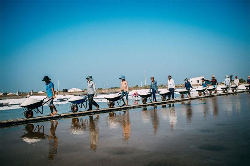 Muối thu hoạch Long Điền đa số cung cấp để sản xuất nước mắm, chế biến hải sản… của tỉnh Kiên Giang. Ảnh: Nguyễn Hoàng Phi.