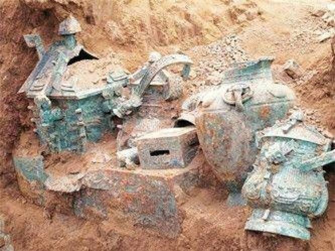 Rượu vang 3.000 năm tuổi được phát hiện trong những chiếc ấm đồng. Ảnh: Xinhua