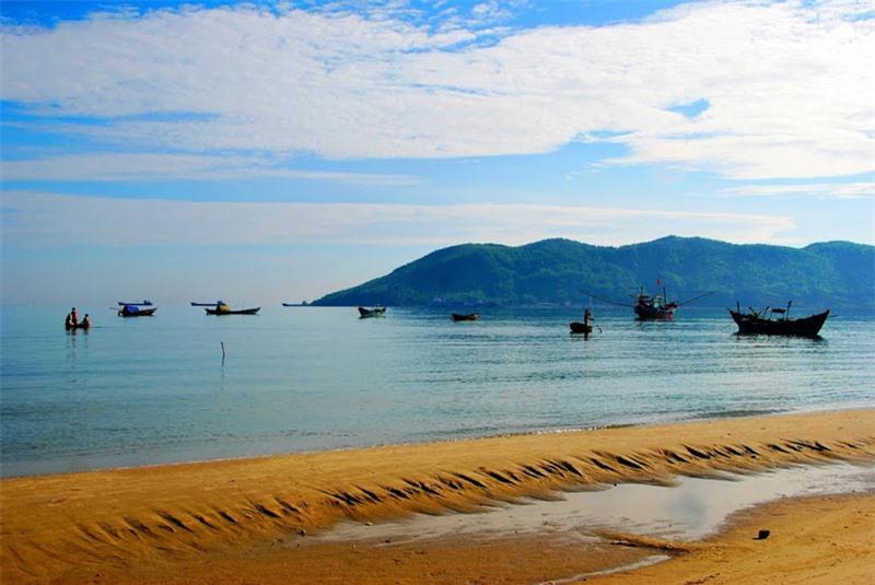 Bãi biển Cảnh Dương dài 8 km, rộng 200 km, có hình vòng cung nằm ở giữa mũi Chân Mây Tây và Chân Mây Đông. Ảnh: Thanh Sơn HP.