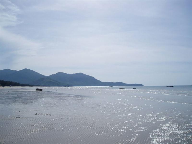 Cảnh vật nơi đây khá lý thú, hấp dẫn. Bãi biển có độ dốc thoai thoải, cát trắng và mịn. Biển xanh, tương đối kín gió. Ảnh: Dinhphuocvn.