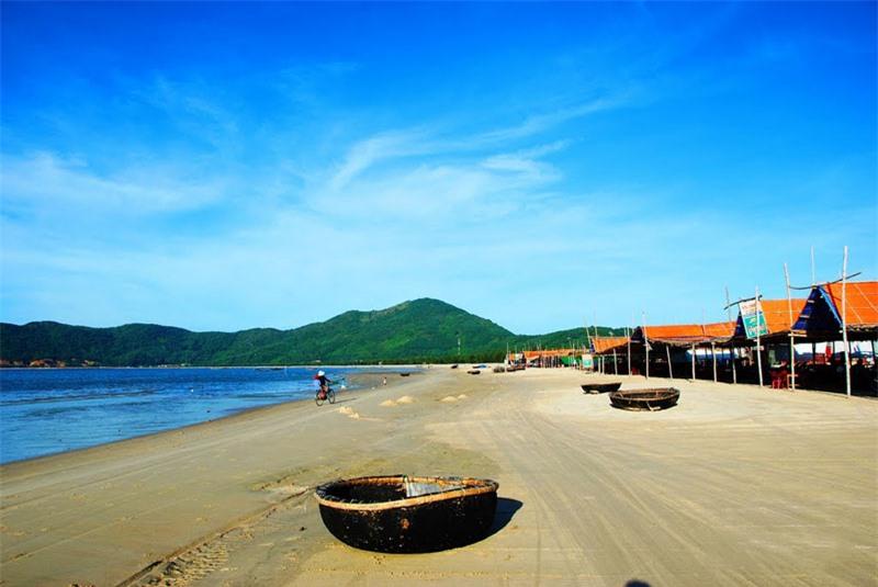 Vì tương đối kín gió nên bãi biển Cảnh Dương rất thích hợp với những hoạt động dã ngoại và các loại hình thể thao, sinh hoạt thanh niên như cắm trại, đốt lửa rại, vui chơi ca hát, tấu nhạt về đêm… Ảnh: Thanh Sơn HP.