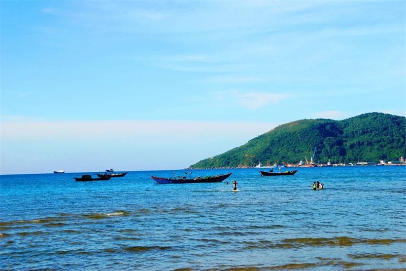 Vùng biển Cảnh Dương nằm cạnh Chân Mây (mũi đất ở chân đèo Hải Vân). Ảnh: Thanh Sơn HP.