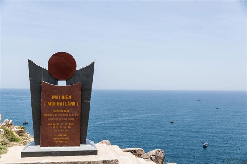 Có hai cách để du khách đến mũi Đại Lãnh. Từ phía Nha Trang (Khánh Hòa) ngược ra Bắc, theo đèo Cả rồi rẽ xuống vịnh Vũng Rô và từ phía Tuy Hòa men theo dọc con đường biển tuyệt đẹp dài 40 km là tới nơi. Ảnh: Dimatourmuine.
