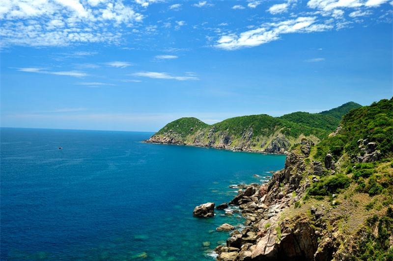 Điểm đặc biệt của địa danh này là ở chỗ nó như một ngọn núi, lại giống một hòn đảo vì có một suối nước ngọt tách nó ra khỏi đất liền, nhưng thực chất nó lại là đất liền... Ảnh: Diem Dang Dung.