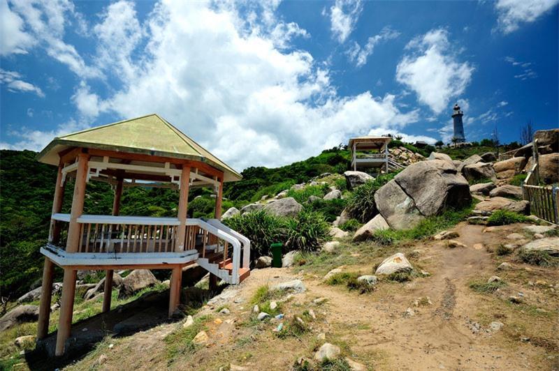 Mũi Đại Lãnh có vị trí quan trọng đối với an ninh quốc phòng, và có ngọn hải đăng lớn cho tàu thuyền trong khu vực. Ảnh: Diem Dang Dung.