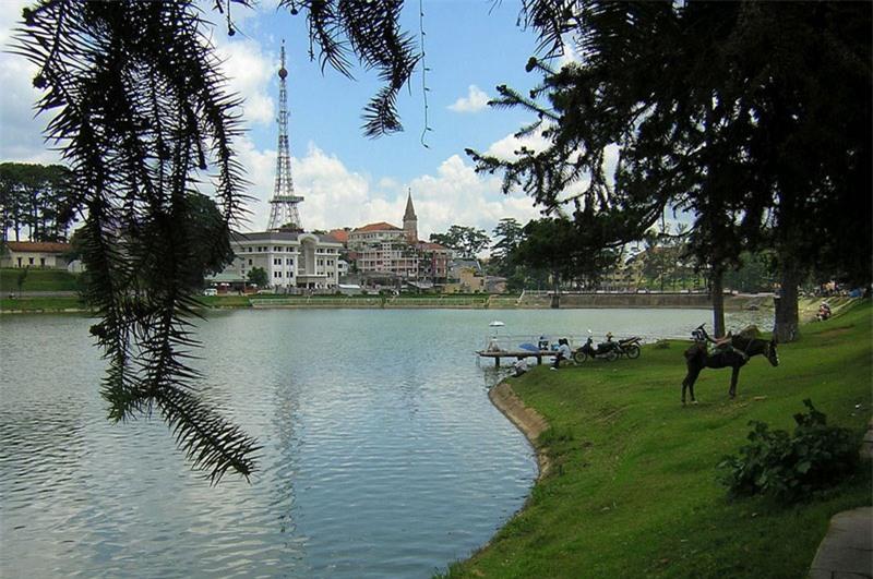 Hồ Xuân Hương là con tim của thành phố Đà Lạt và là một trong những thành phố hiếm hoi có hồ nằm ngay trung tâm. Ảnh: Thanh Nguyen Tran.