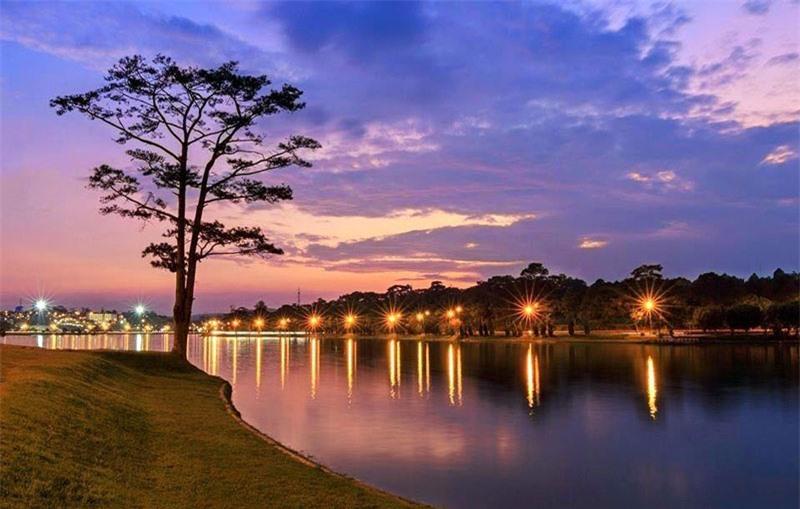 Hồ là địa danh nổi tiếng và còn là địa điểm tham quan du lịch khá hấp dẫn tạo nên nét đặc sắc cho Đà Lạt. Ảnh: QuySG.