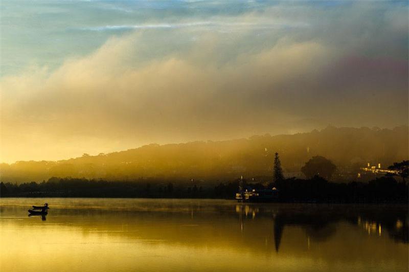 """Công trình kiến trúc nổi bật gắn liền với hồ Xuân Hương là Thuỷ Tạ. Thời Pháp thuộc có tên là """"La Grenouillère"""" (đầm ếch). Không hiểu vì sao lại có tên này, nhưng nhìn qua cấu trúc thì thấy có tháp để nhảy xuống nước như ở hồ bơi. Tên gọi Hán Việt """"Thuỷ Tạ"""" có khi còn hiểu là """"Thuỷ tọa"""", có nghĩa là một kiến trúc nằm trên nước. Ảnh: Nguyen Trung."""
