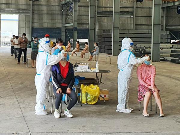 Xét nghiệm SARS-CoV-2 cho người lao động tại Nhà máy sản xuất ống thép Hòa Phát trong KCN Hòa Khánh (Đà Nẵng)