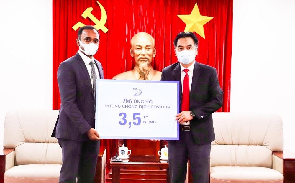 Công ty P&G Việt Nam trao tặng 3,5 tỷ đồng hỗ trợ công tác phòng, chống dịch cho tỉnh Bình Dương.