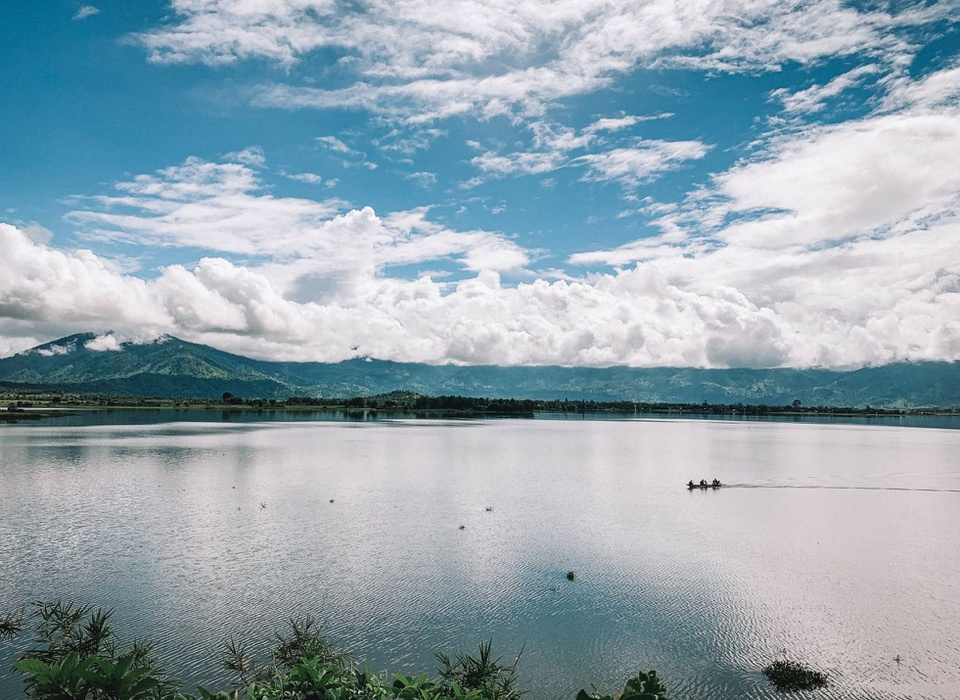 Hồ Lắk được xếp hạng danh lam thắng cảnh quốc gia vào năm 1993. Hồ có cảnh quan thơ mộng, xung quanh hồ là các dãy núi lớn bao phủ bởi những cánh rừng nguyên sinh. Hồ Lắk hiện là một trong những điểm đến hấp dẫn bậc nhất Đắk Lắk. Ảnh: Hoàng Tuấn Anh.