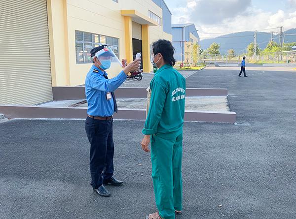 Đo thân nhiệt cho người lao động vào làm việc tại Công ty CP Đầu tư Sài Gòn Đà Nẵng trrong KCN Hòa Khánh mở rộng