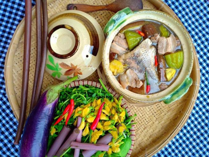 Mắm kho bông súng là món ăn dân dã và phổ biến ở tỉnh Đồng Tháp. Bông súng giòn, mùi thơm của mắm, vị the nhẹ của sả và ớt tạo nên món ăn dân dã thu hút nhiều thực khách. Ảnh: Thanhnienmekong.
