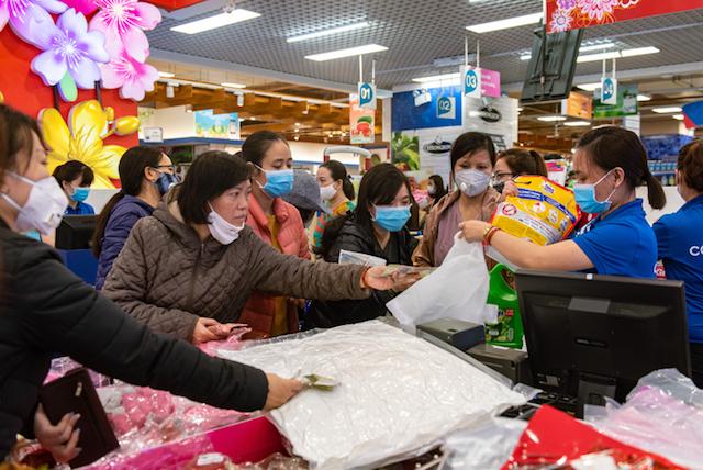 TP.HCM có lệnh không được tập trung quá 10 người tại nơi công cộng, việc người dân đổ xô đến siêu thị, cửa hàng mua nhu yếu phẩm vô tình tạo nên đám đông dễ lây lan dịch bệnh.