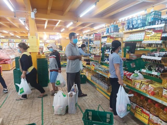Người dân tranh thủ mua các nhu yếu phẩm cho những ngày ở yên trong nhà để phòng dịch theo yêu cầu của TP.HCM.