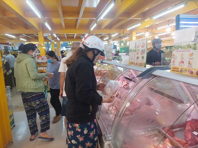 """Chị Hoàng Thị Thuỳ L. cho biết, đang ở siêu thị thì thấy đông người đổ xô vào. """"Thành phố không bắt siêu thị, chợ đóng cửa và cũng đâu cấm người dân đi chợ. Mọi người đổ xô đến siêu thị, đến cửa hàng chẳng khác nào tập trung đông người, không nên dự trữ, mình không thiếu lương thực"""", chị L. nói."""