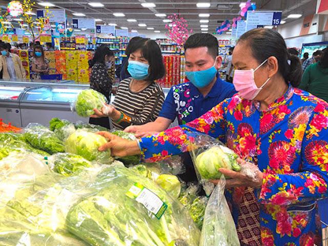 """Các siêu thị trên địa bàn thành phố nhộn nhịp trước """"giờ giới nghiêm""""."""