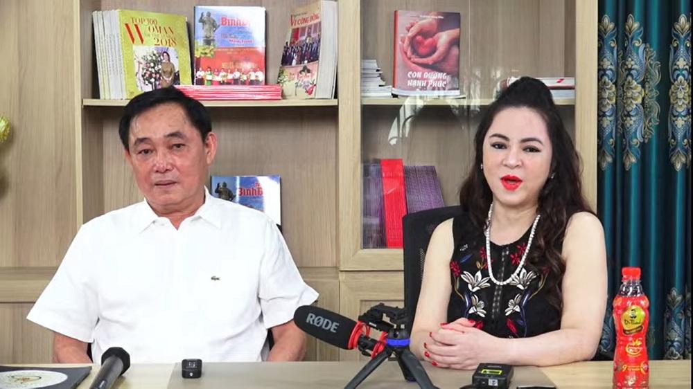 Không ngoài dự đoán, cuối buổi livestream của ông Dũng, bà Phương Hằng xuất hiện lấn sóng chồng mình.