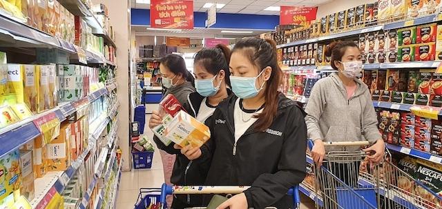 Ngay khi có thông báo TP.HCM sẽ thực hiện giãn cách xã hội theo Chỉ thị 15, người dân TP.HCM tranh thủ đi mua thực phẩm.