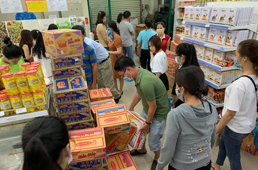 TP.HCM sẽ giãn cách xã hội từ 0h ngày 31/5, khi biết thông tin này nhiều người dân đổ xô đến siêu thị, cửa hàng để mua thực phẩm dự trữ.