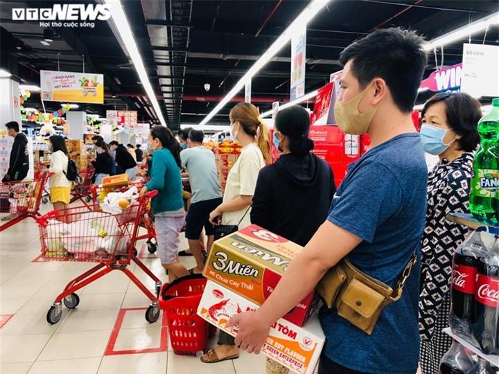 Ảnh: Người dân TP.HCM đổ xô đi mua thực phẩm trước giờ giãn cách xã hội  - 8