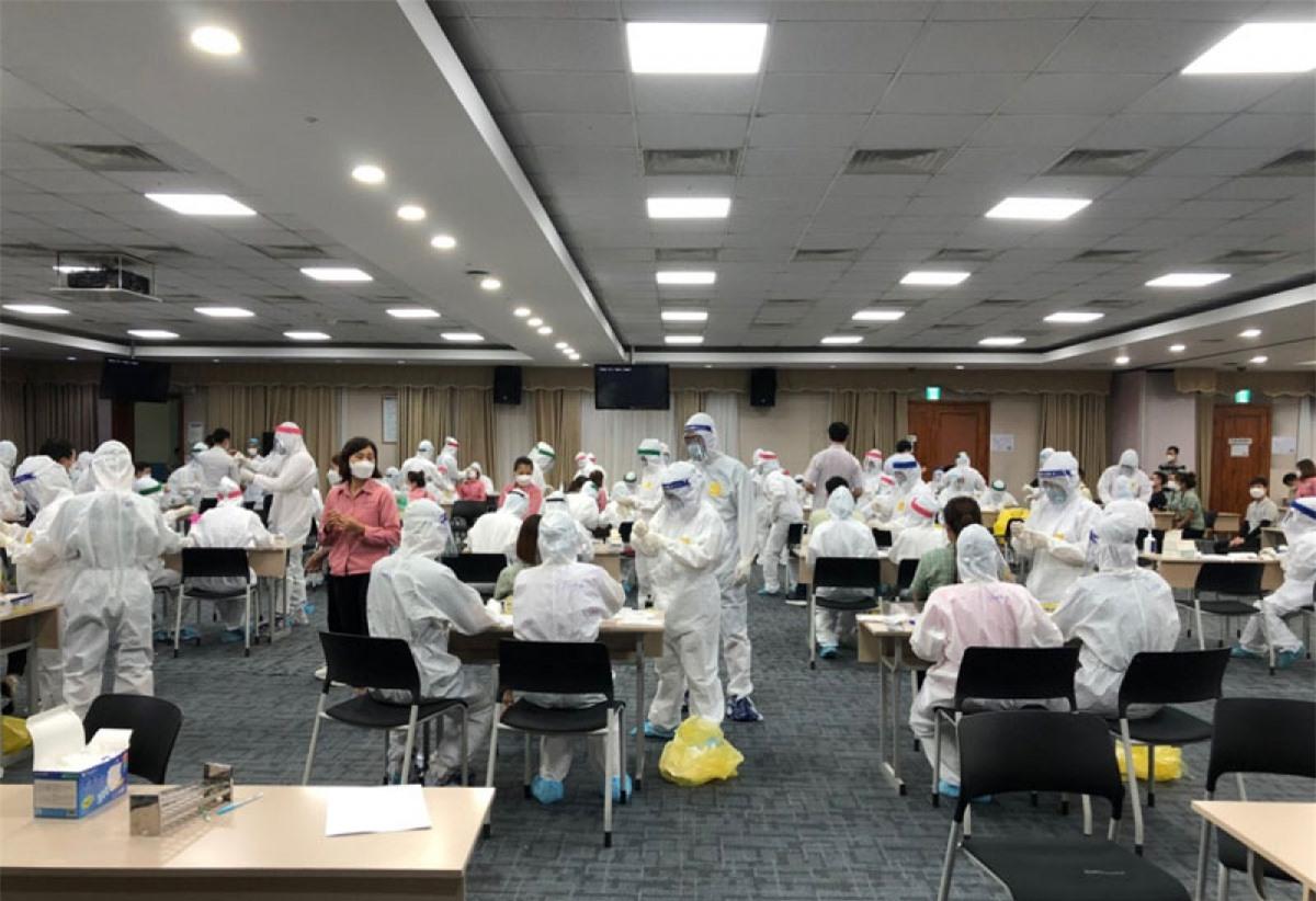 Xét nghiệm cho công nhân Công ty Samsung Bắc Ninh. Ảnh: Báo Nhân Dân