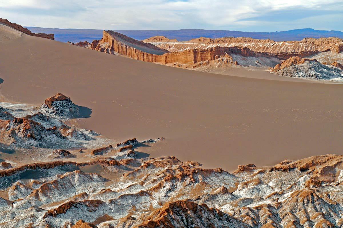 Nhiều natri nitrat hơn bất kỳ nơi nào: Natri nitrat được biết đến nhiều nhất trong việc sử dụng làm chất nổ và phân bón. Hợp chất này có nhiều ở sa mạc Atacama. Nguồn cung lớn đến mức trong những năm 1940, các thị trấn khai thác natri nitrat bị bỏ hoang được tìm thấy khắp khu vực có hàm lượng khoáng chất cao trên sa mạc. Nơi đây là nguồn cung cấp natri nitrat tự nhiên lớn nhất thế giới.