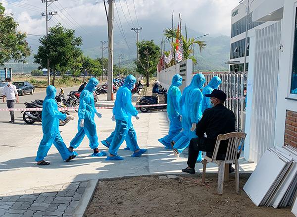Các nhân viên y tế đến lấy mẫu xét nghiệm SARS-CoV-2 cho người lao động tại các doanh nghiệp trong các KCN trên địa bàn Đà Nẵng