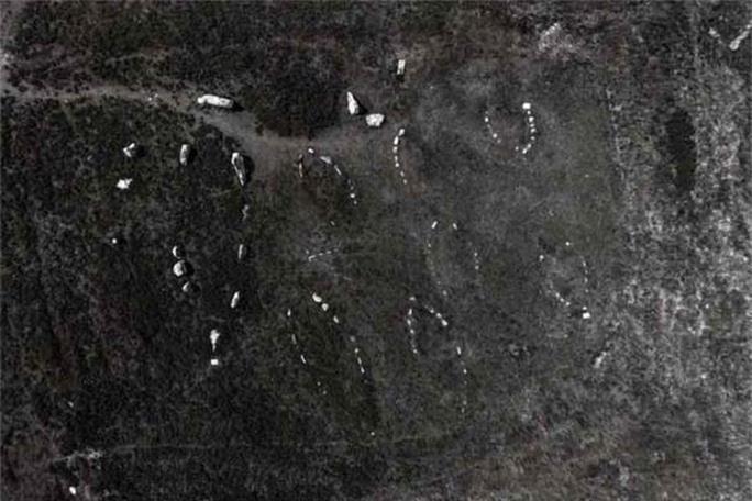 10 tàu ma chở hài cốt ngàn năm bất ngờ xuất hiện trên đảo - Ảnh 2.