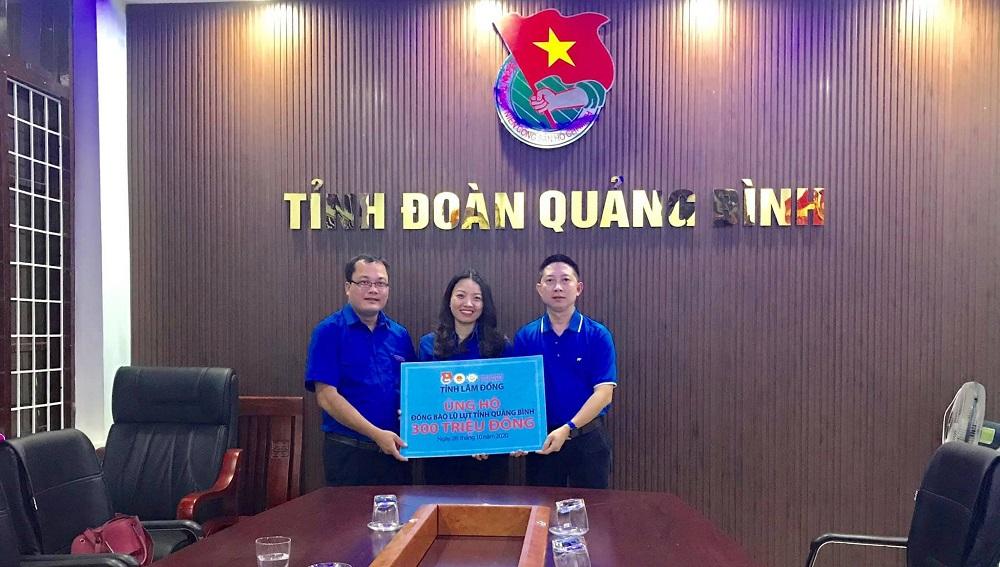"""Ông Phạm Minh Đăng (bên phải) cùng Trung ương Đoàn trao hỗ trợ Tỉnh Đoàn Quảng Bình trong khuôn khổ chương trình """"Chuyến xe yêu thương"""" năm 2020."""