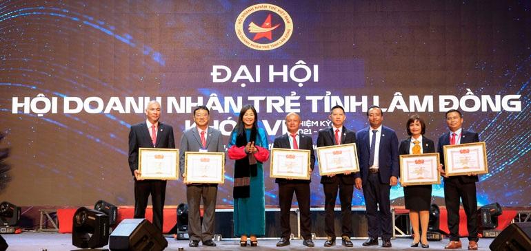 Ông Phạm Minh Đăng, Tổng Giám đốc Công ty TNHH Lady 1 Việt Nam (thứ 4 từ phải qua), nhận Bằng khen của Trung ương Hội Doanh nhân trẻ Việt Nam.