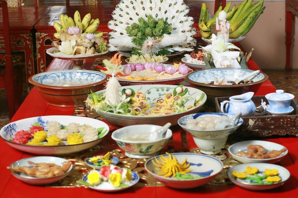 Các bậc đế vương khi xưa mỗi bữa ăn từ 35 - 50 món, trong đó phải có những món ăn thuộc bát trân quý hiếm (gồm nem công, chả phượng, da tê ngưu, bàn tay gấu, gân voi, môi đười ươi, yến sào). Từng món được chuẩn bị kỹ lưỡng, bày biện đẹp mắt, cầu kỳ, tỉ mỉ. Ngày nay, chỉ còn yến sào trong danh sách là được phép sử dụng, còn lại đều là các nguyên liệu quý hiếm cần bảo vệ, gìn giữ.