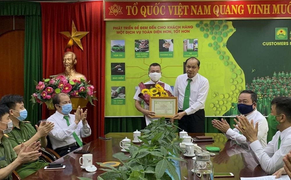 Ông Hồ Hữu Thiết, Giám đốc Công ty TNHH Mai Linh Thanh Hóa cũng khen thưởng cho lái xe P.V.T.