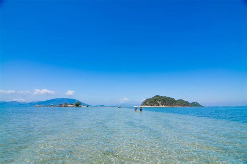 Trên đảo không có nhà nghỉ nên muốn ở lại, du khách phải tự mang theo lều cắm trại trên biển. Ảnh: Hang Dinh.