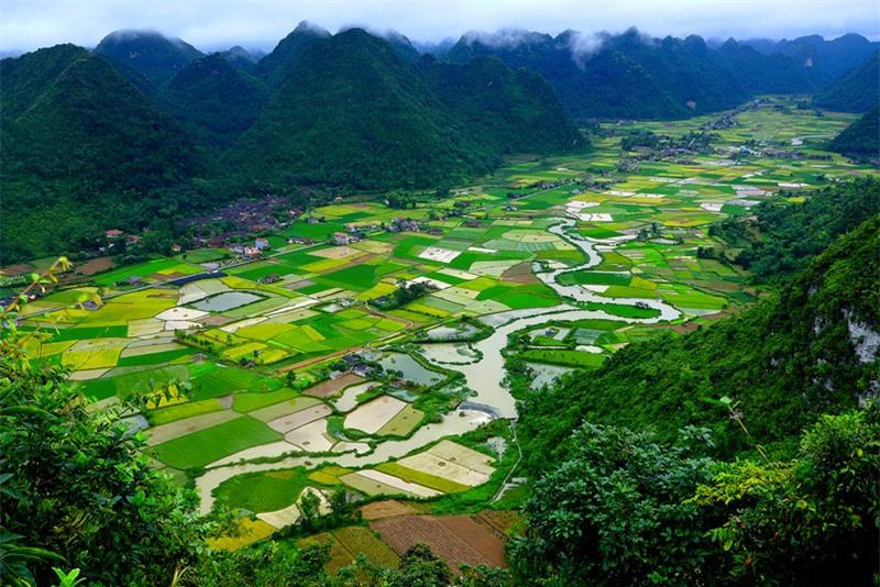Cư dân Bắc Sơn gồm người Kinh, Nùng, Dao, Tày... với những nếp nhà sàn truyền thống đặc trưng, điểm tô cho cảnh quan Bắc Sơn thêm phần mộc mạc, thanh bình. Ảnh: Quang Vũ.