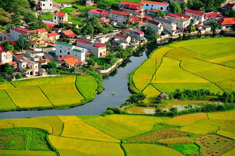Nếu chỉ đi trên con đường quanh thị trấn nằm giữa thung lũng, bạn sẽ khó có thể chiêm ngưỡng hết vẻ đẹp của nơi này. Ảnh: Diem Dang Dung.