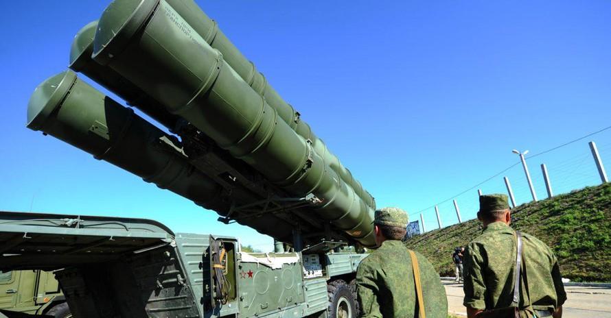 Một hệ thống tên lửa phòng không S-400 Triumf của trung đoàn tên lửa phòng không Red Star Order số 210 của Không quân Nga. Ảnh: ITAR-Tass / Stanislav Krasilnikov