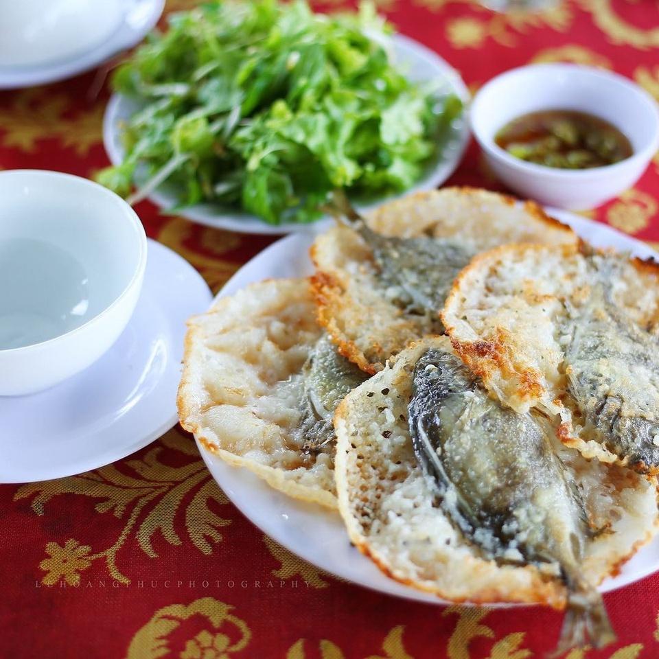 Đầm Chuồn thuộc huyện Phú Vang, tỉnh Thừa Thiên - Huế, cách trung tâm TP Huế hơn 10 km về phía đông bắc. Đến đây, du khách có thể thưởng thức bánh khoái cá kình trứ danh. Bánh đổ bằng bột gạo, với nhân là cá kình tươi rói, để nguyên con, ngọt thịt, beo béo. Ảnh: Phuc.lh1990.