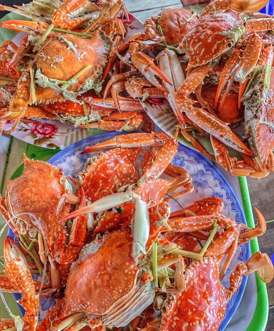 Đầm Cù Mông nằm ở thị xã Sông Cầu, phía bắc tỉnh Phú Yên, có điều kiện thuận lợi để nuôi trồng thủy hải sản. Một trong những đặc sản nổi tiếng ở đây là ghẹ, nhất là loại to cỡ nắm tay, màu xanh thẫm, càng và yếm lốm đốm trắng, ít bị xốp, mà có người vẫn gọi là ghẹ đốm. Ảnh: Huanabiii.
