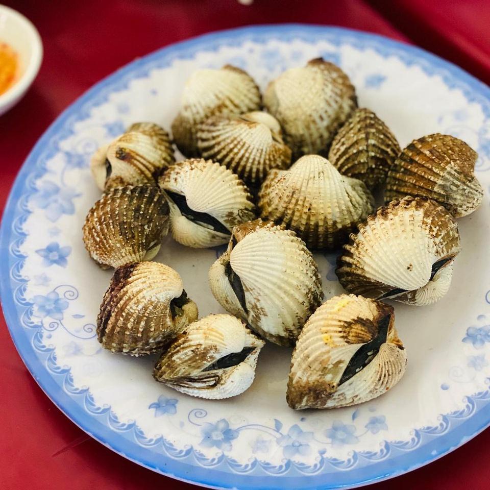 Là thắng cảnh quốc gia, đầm Ô Loan nằm ở huyện Tuy An, tỉnh Phú Yên, cách TP Tuy Hòa khoảng 20 km về phía bắc. Sò huyết là đặc sản nổi tiếng của đầm Ô Loan, có thân tròn, vỏ dạng hình trứng, thịt dày, huyết nhiều, tươi ngon, hấp dẫn. Ảnh: Laduyen.1001.