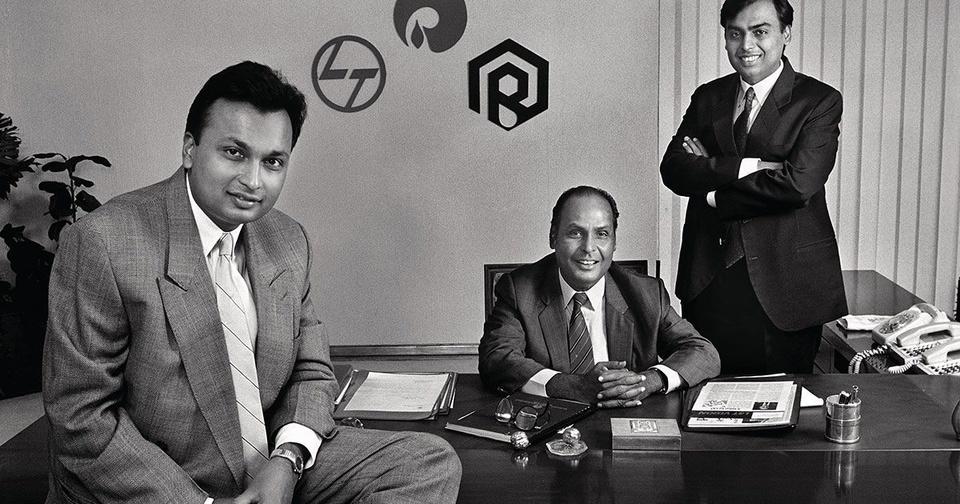 Tỷ phú Mukesh Ambani (phải) bên bố và em trai. Ảnh: Bloomberg.