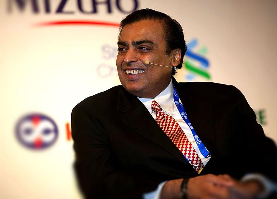 Nhờ học hỏi từ người cha tài giỏi và nghiêm khắc, ông Mukesh biến Reliance Industries thành doanh nghiệp trị giá hàng tỷ USD ở hiện tại. Ảnh: Bloomberg.