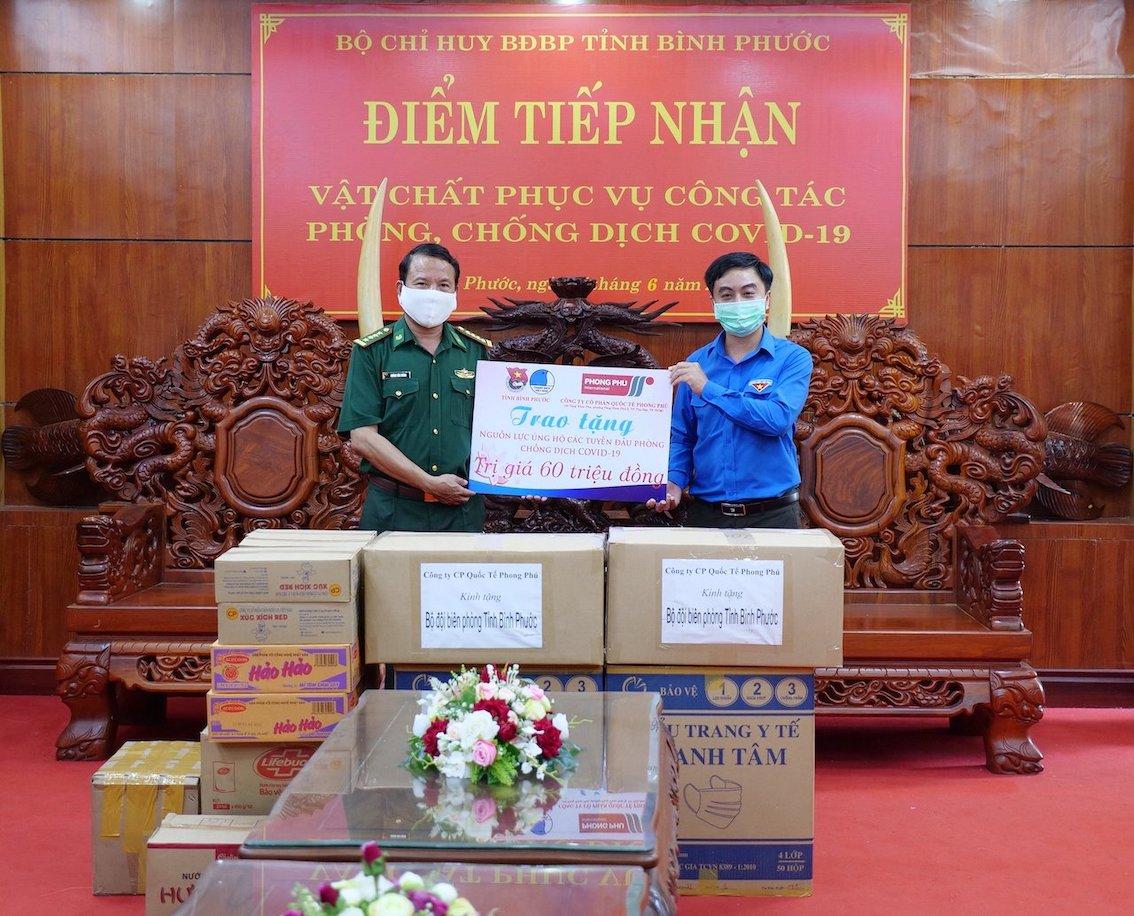 Do tình hình dịch bệnh diễn biến phức tạp, đại diện của Công ty Cổ phần quốc tế Phong Phú (TP. HCM) không thể đến tận nơi để trao nguồn lực nên nhờ Tỉnh Đoàn Bình Phước trao những phần quà hỗ trợ cho các cán bộ, chiến sĩ biên phòng ở tuyến đầu chống dịch