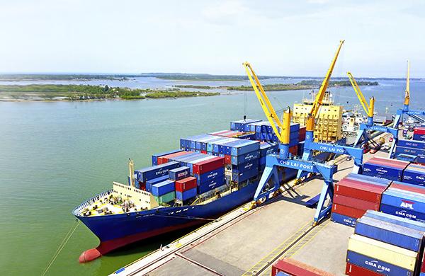 Tàu của hãng APL cập bến và làm hàng tại cảng Chu Lai
